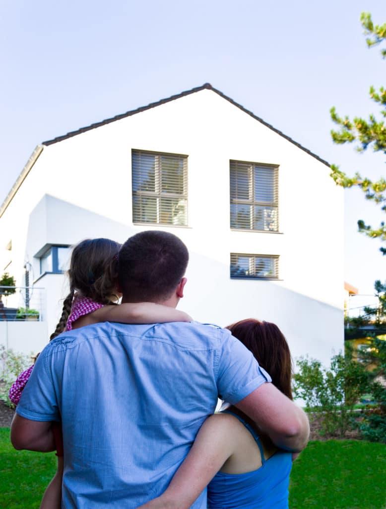 Eine Familie betrachtet ein Haus