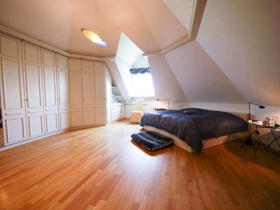 freistehende Ausnahmeimmobilie für Ihre Familie - mit weiterem Baugrundstück! - Elternschlafzimmer