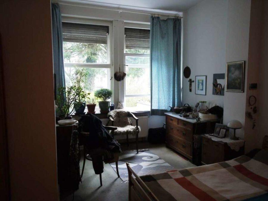 *** Dreifamilienhaus mit Renditesteigerungs-Potenzial - EG-Schlafzimmer