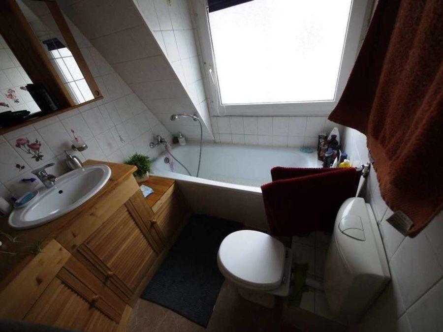*** Dreifamilienhaus mit Renditesteigerungs-Potenzial - DG-Badezimmer
